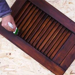 How to update well-maintained wooden shutters to get a stained effect