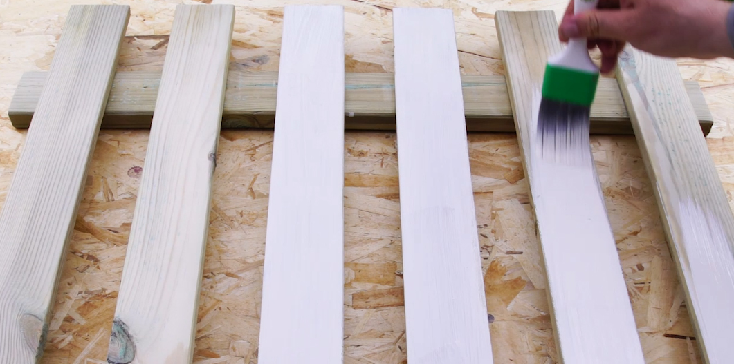 How to restore your wooden fence to get an enamelled effect