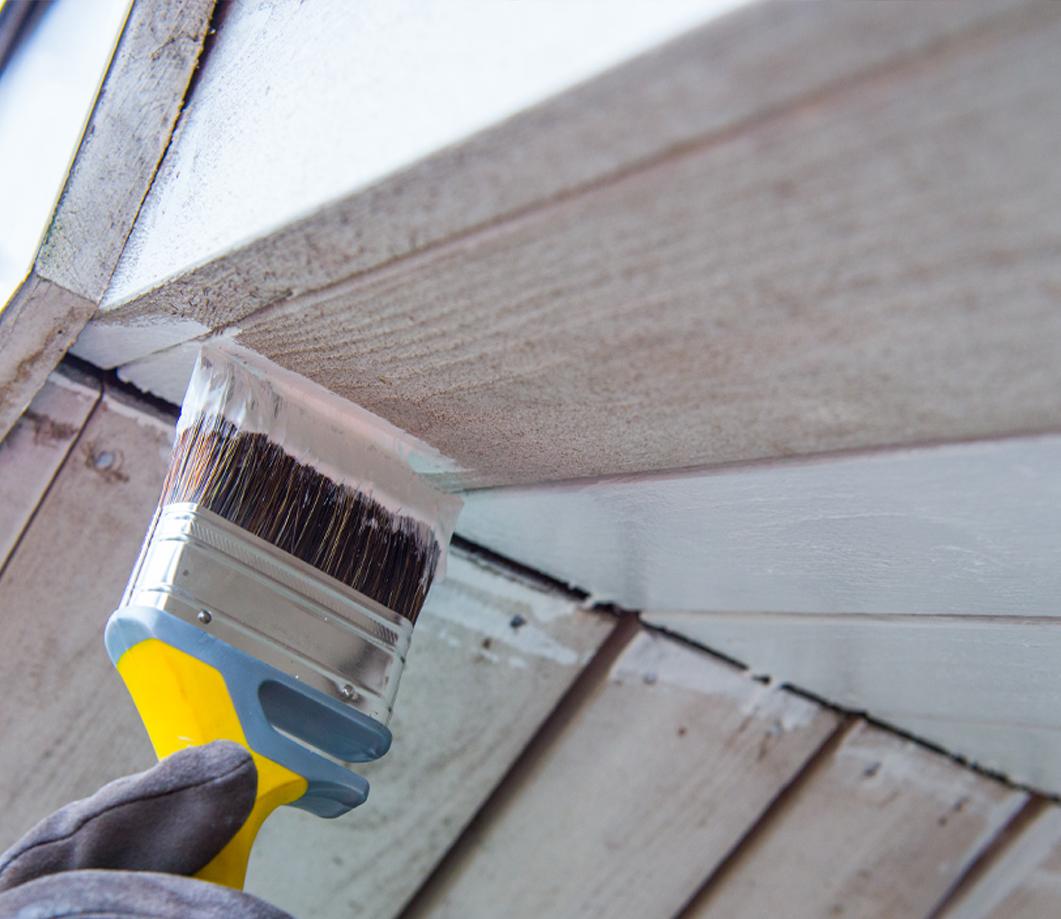 Verniciare un sottotetto in legno - colore bianco